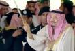 """فيديو.. إعجاب واسع بتفاعل الملك سلمان مع """"العرضة"""" بختام مهرجان الإبل"""