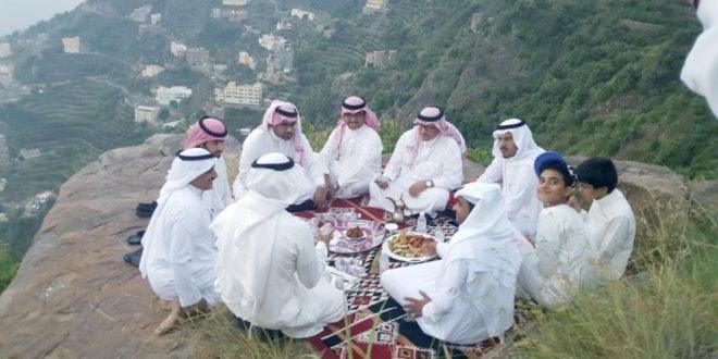 الإفطار فوق السحاب.. أهالي فيفاء يهجرون المنازل