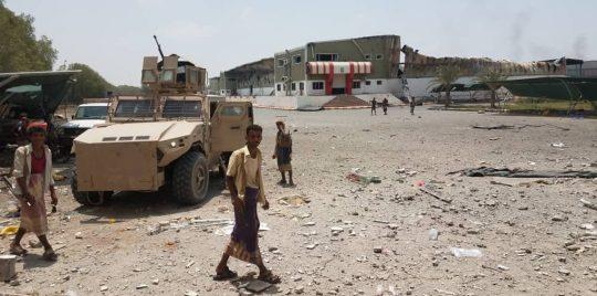 شاهد بالفيديو .. كيف تتعامل ألوية العمالقة مع القناصين الحوثيين بالحديدة