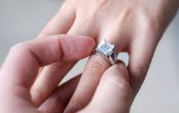 e52e5d952 في البداية تعود فكرة ارتداء حلقة دائرية أو خاتم كرمز للزواج أو الارتباط إلى  ما يقرب من 6000 عام؛ حيث كان الفراعنة يعتقدون أن ذلك يعني ترابط الزوجين  معاً إلى ...