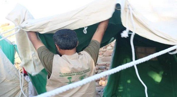 بالصور.. مركز الملك سلمان يوزع مساعدات إيوائية في مديرية حديبو
