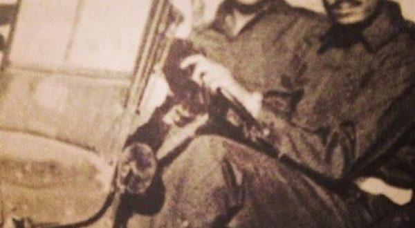 صورة تاريخية.. الملك سلمان يقود مركبة عسكرية
