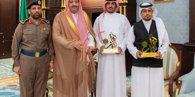 أمير المنطقة يكرّم المواطنين أحمد وعطيه الدليح لإنقاذهما أسرة احتجزتهم السيول بمحافظة الحجرة