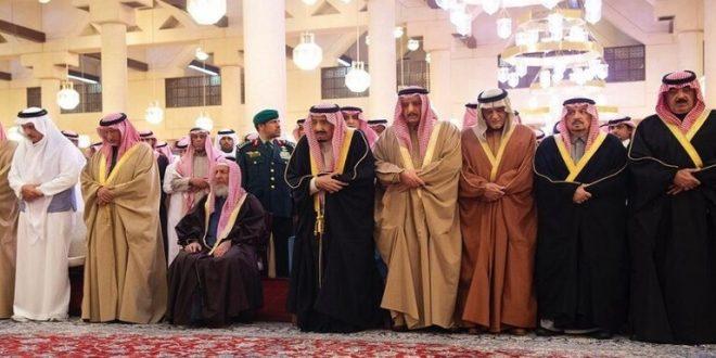 العاهل السعودي يؤدي صلاة الميت على روح الأمير بندر بن محمد